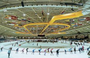 Тканевые воздуховоды в помещении крытого зимнего стадиона с ледовой дорожкой
