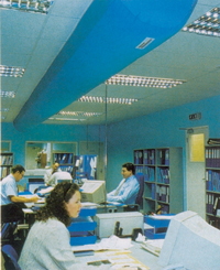 Пример установки полукруглого тканевого воздуховода из воздухопроницаемого полотна с крепежом непосредственно к потолочному перекрытию